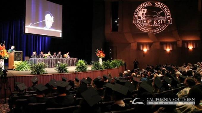 Quang cảnh một buổi lễ tốt nghiệp của học viên trường California Southern University.