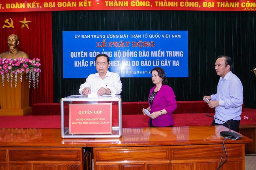 Chủ tịch Trần Thanh Mẫn cùng các đồng chí trong Ban Thường trực UBTW MTTQ Việt Nam ủng hộ đồng bào miền Trung khắc phục thiệt hại do bão lũ gây ra. Ảnh: Kỳ Anh