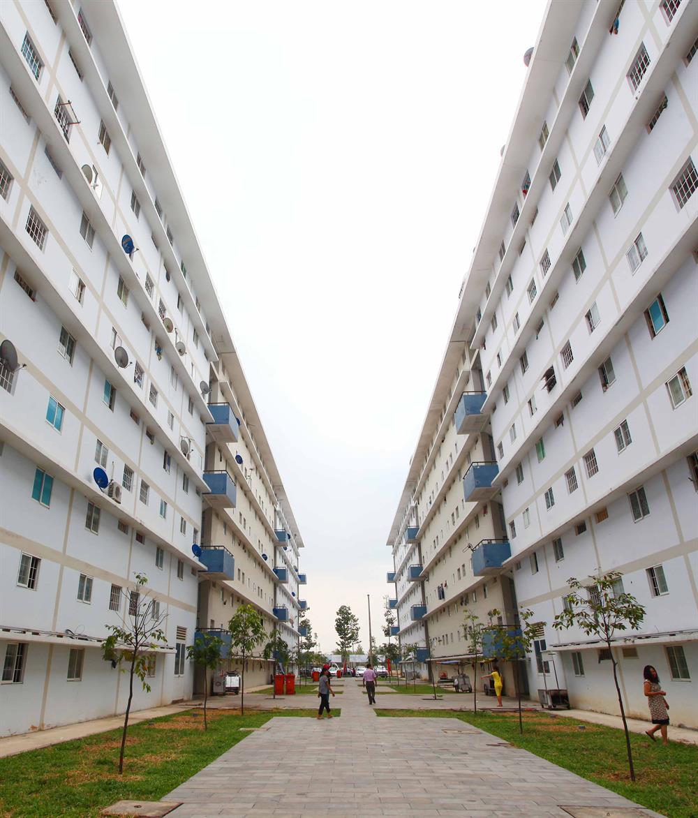 Nhà ở cho người thu nhập thấp ở Bình Dương. Còn tại TP.Hồ Chí Minh, với giá cả đắt đỏ, việc quy định căn hộ thương mại phải trên 45m2 khiến cho NLĐ nghèo không còn cơ hội mua nhà. Ảnh: LÊ TOÀN
