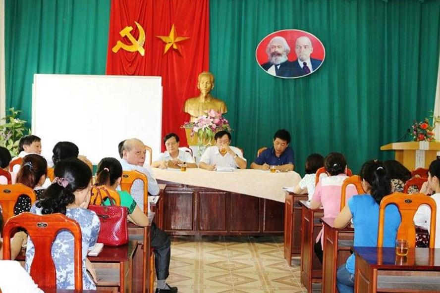 Sở GDĐT Nghệ An làm việc với phụ huynh Trường THCS Hưng Dũng về kiến nghị bỏ VNEN. Ảnh: Lê Văn Vỵ