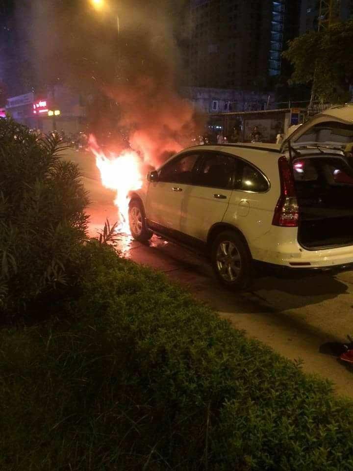 Xe CRV bốc cháy dữ dội.