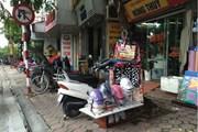 Ngổn ngang hàng hóa, xe máy lấn chiếm vỉa hè Đường Láng