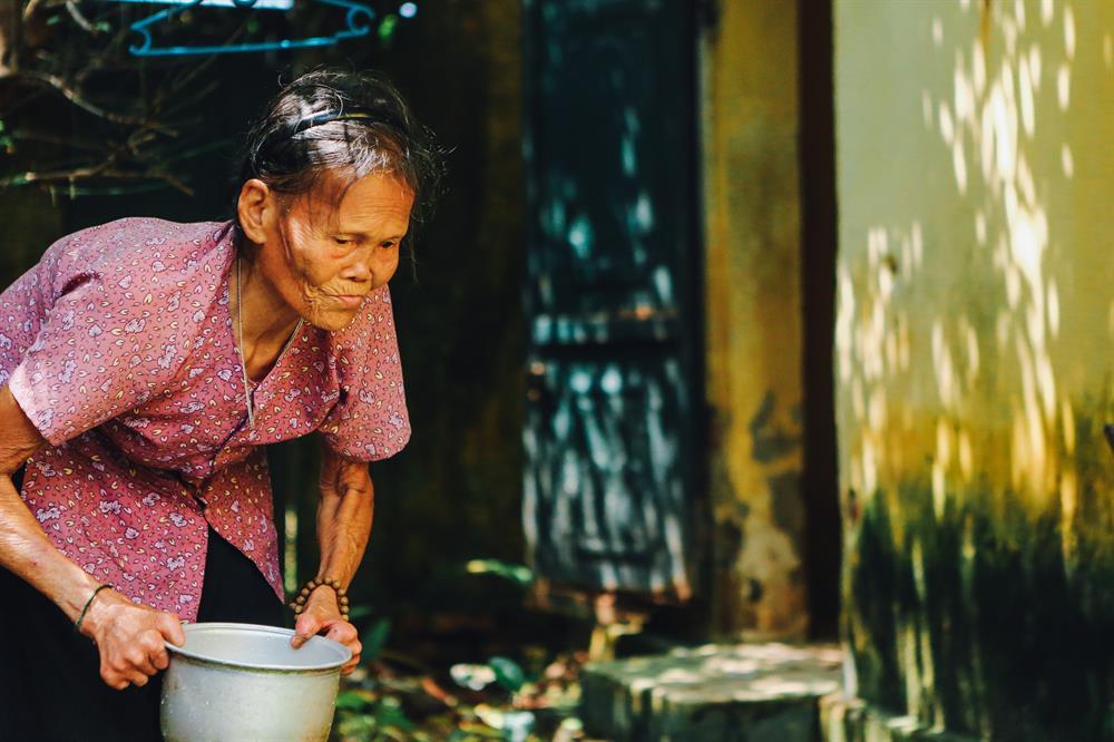 Bị xã hội ghẻ lạnh suốt tuổi thơ cơ cực, đến khi về già, bà cụ lại vẫn tiếp chuỗi ngày cô đơn ấy.