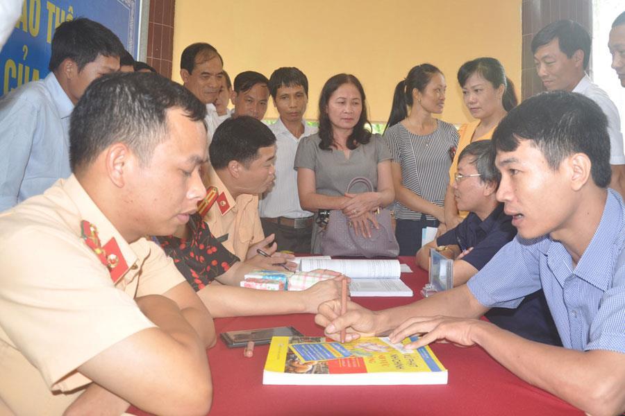 Công nhân lao động đặt câu hỏi để được tư vấn về những vấn đề liên quan đến an toàn giao thông.