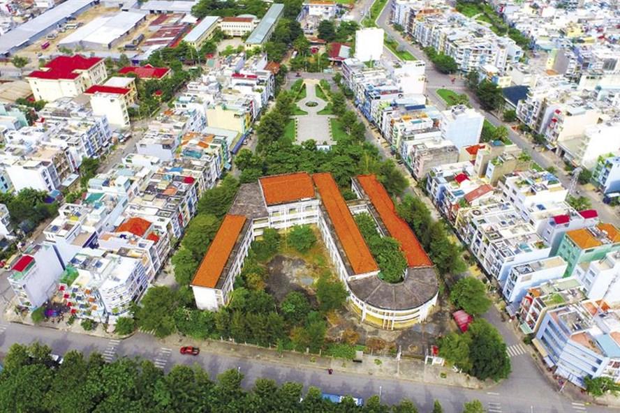Ngôi trường tiểu học Phú Định được đầu tư 20 tỉ đồng bỏ hoang nhìn từ trên cao.