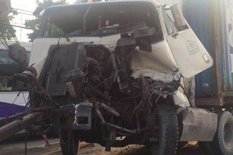 Xe container gây tai nạn liên hoàn bị nát đầu.