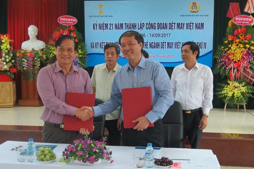 Lãnh đạo Công đoàn Dệt May VN và Hiệp hội Dệt May VN tại lễ ký kết TƯLĐTT ngành Dệt May VN lần thứ tư nhằm mang lại lợi ích tốt hơn cho NLĐ. Ảnh: X.T