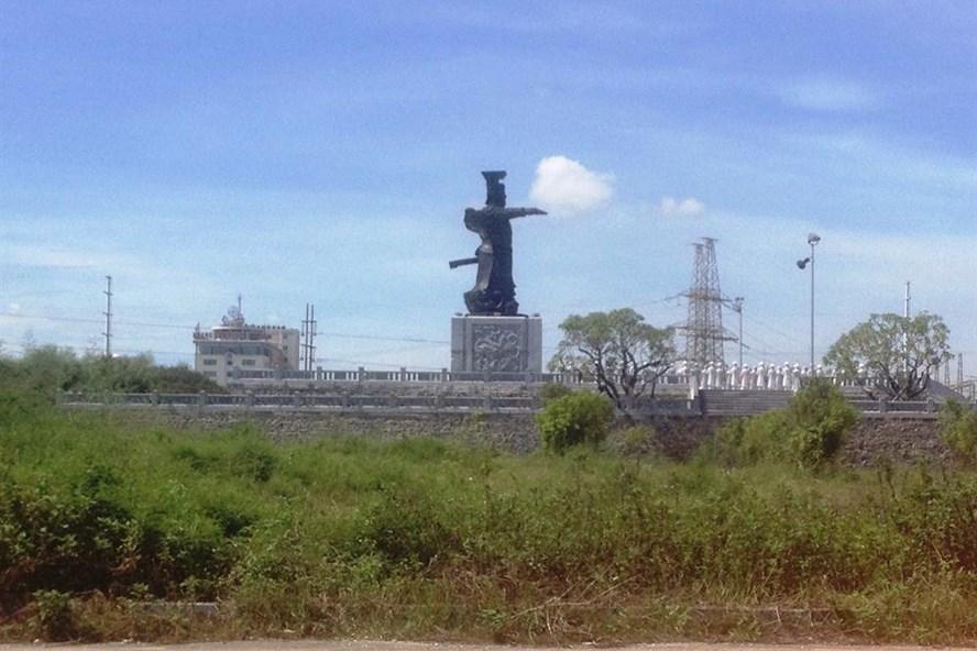 Khởi công từ 2010, đến nay dự án Tượng đài và quảng trường Đinh Tiên Hoàng đế tại TP Ninh Bình vẫn dở dang. Ảnh: NT