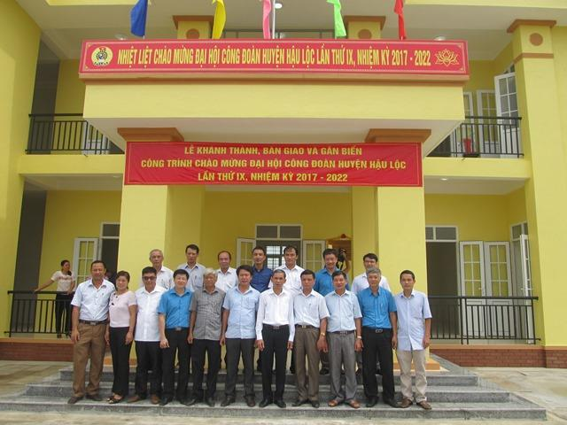 Khách mời chụp ảnh lưu niệm tại trụ sở LĐLĐ huyện Hậu Lộc, tỉnh Thanh Hóa.(Ảnh: HT)