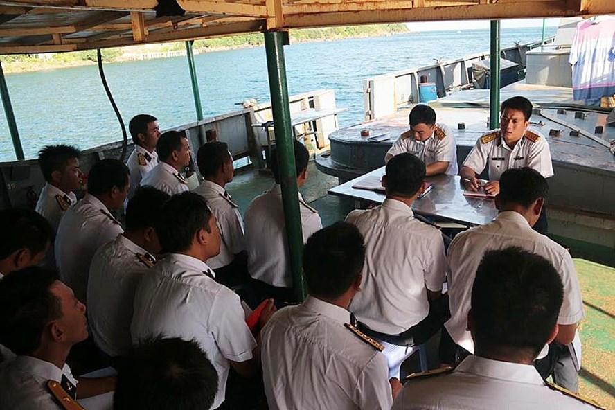 Thuyền trưởng Vũ Trọng Phú (trên cùng bên phải) họp phổ biến nhiệm vụ.