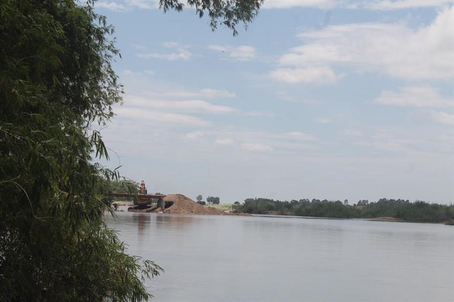 Công ty Trần Đại đang khắc phục việc lấp sông làm đường vận chuyển cát. Ảnh: N.B