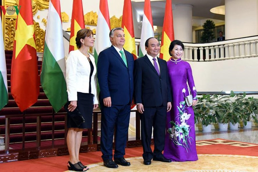 Thủ tướng Nguyễn Xuân Phúc và Phu nhân chụp ảnh lưu niệm với Thủ tướng Orbán Viktor và Phu nhân. Ảnh: VOV