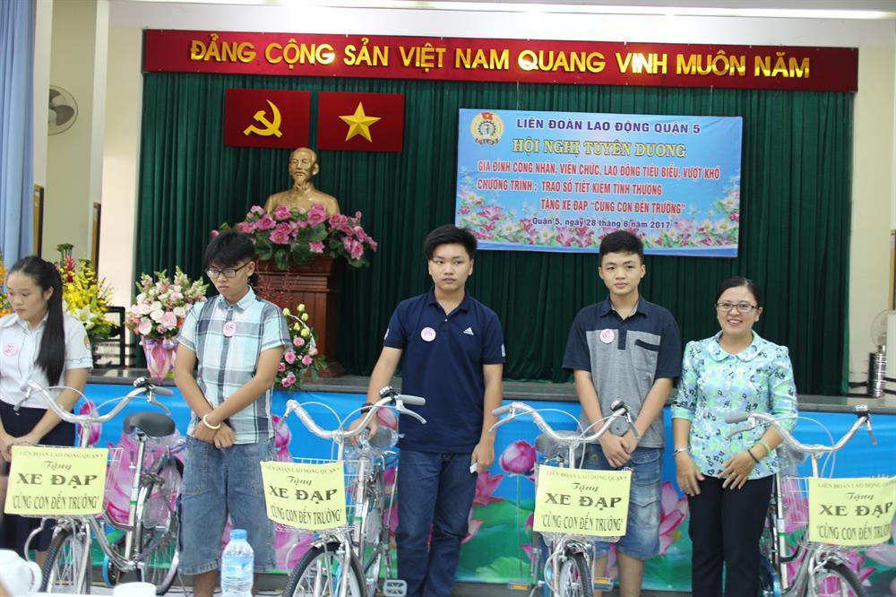Tặng xe đạp cho con CNVC-LĐ khó khăn