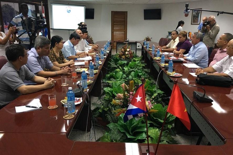 Đoàn đại biểu Tổng LĐLĐVN do Chủ tịch Bùi Văn Cường dẫn đầu hội đàm với ban lãnh đạo Trung tâm Những người lao động Cuba. Ảnh: Đ.N