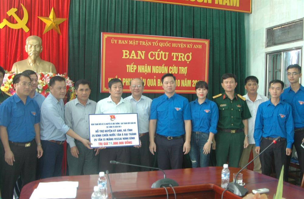 Đoàn trao tặng quà tại tỉnh Hà Tĩnh.