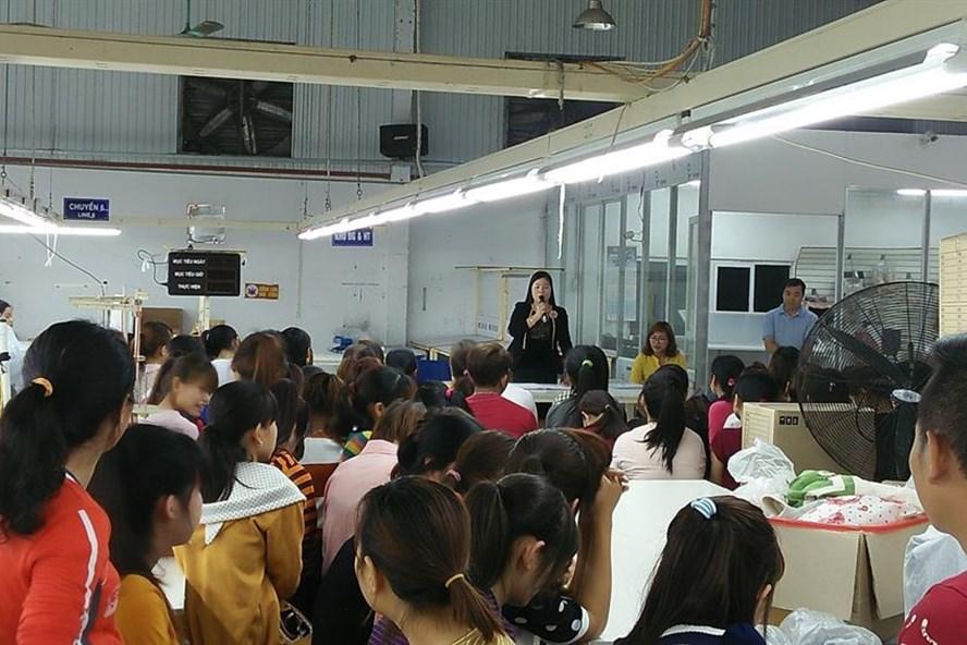 Đồng chí Phùng Thị Hằng - Chủ tịch LĐLĐ huyện Yên Khánh  truyền thông về chăm sóc sức khỏe sinh sản tại Cty TNHH MTV B&H Vina