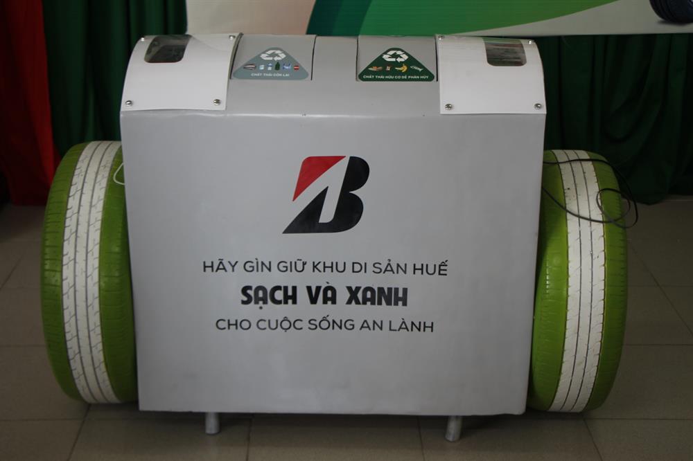 Sau khi tiếp nhận, các thùng rác này sẽ được đặt ở khu vực Đại Nội Huế, và một số vị trí phù hợp ở các tuyến đường trong TP.Huế để phục vụ cho cộng đồng và khách du lịch. Ảnh: NĐT