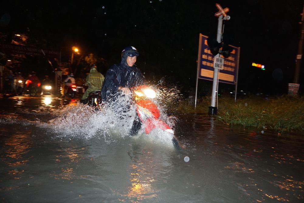 Một đoạn đường gần đường ra xe lửa ngập sâu ở quận Thủ Đức.  Ảnh: M.Q
