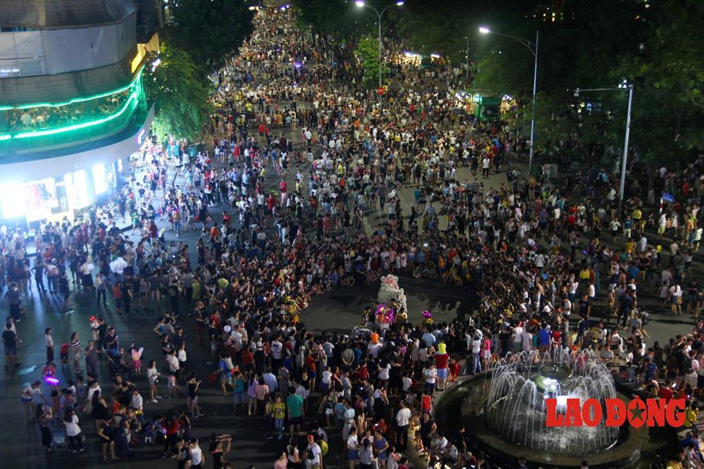 Ngay từ chập tối, dòng người từ khắp các nẻo đường đã đổ về phố đi bộ Hoàn Kiếm - Hà Nội.