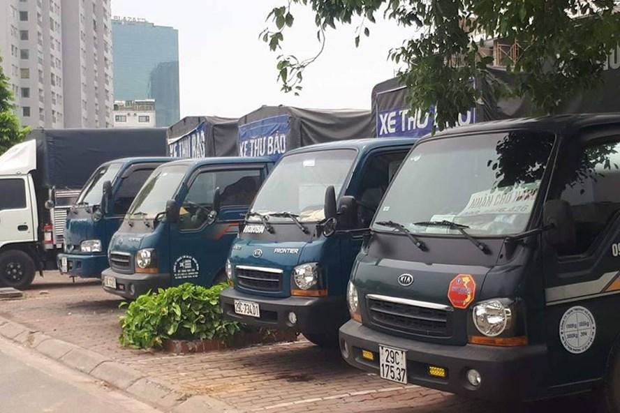 """Những chiếc xe tải gắn dòng chữ """"xe thư báo"""" nằm chờ khách trên một tuyến phố. Ảnh: NPV"""