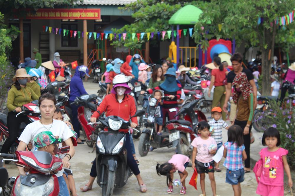 Rất đông phụ huynh đưa, đón các con đến Trường Mầm non Kỳ Hà dự lễ khai giảng năm học mới. Ảnh: Trần Tuấn