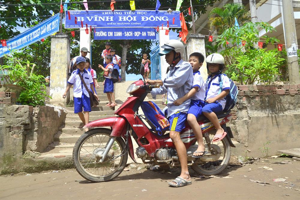 Ở những địa bàn khô ráo, phụ huynh có thể chủ động đưa rước con em đến trường.