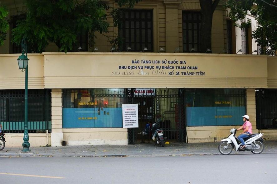 Quán bia Lan Chín nằm trên mặt bằng Bảo tàng Lịch sử Quốc gia (ảnh chụp chiều ngày 7.9.2017). Ảnh: Sơn Tùng