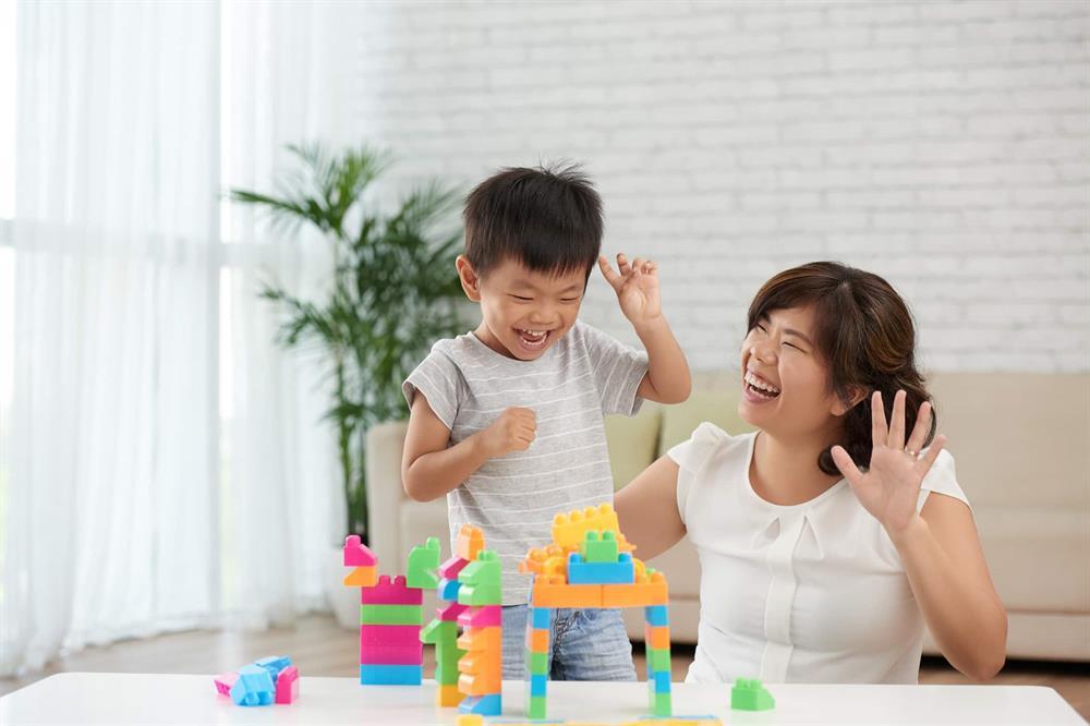 Kết quả hình ảnh cho Cha mẹ thường xuyên động viên, khuyến kích giúp trẻ