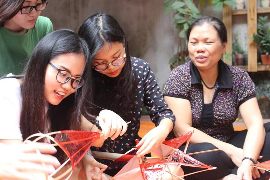 Các bạn trẻ rất háo hức bên sản phẩm của mình. Anh Phạm Minh.