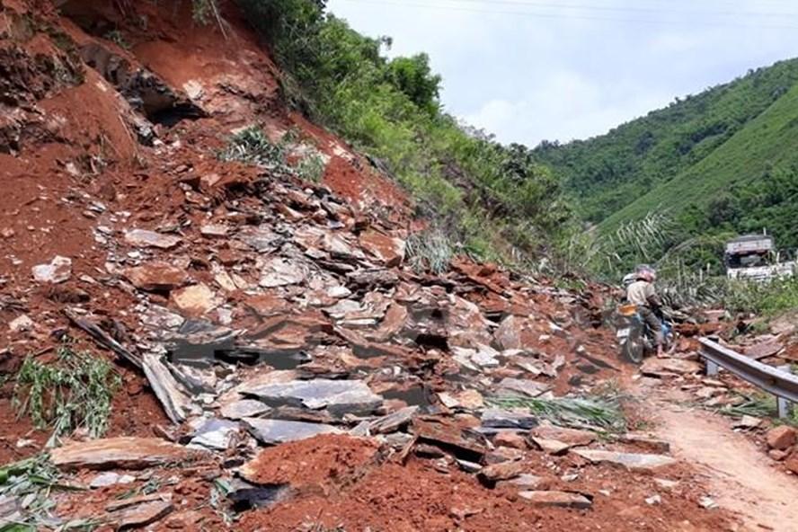Một khối lượng lớn đất đá sạt lở đã khiến giao thông bị tê liệt. (Ảnh: Nguyễn Chiến/TTXVN)