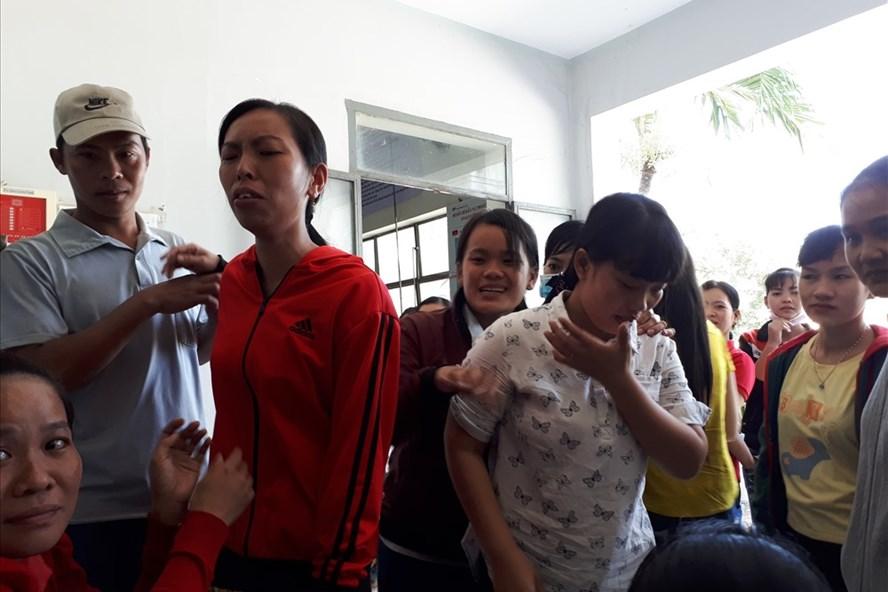 Chị Xuyên (áo đỏ) tiều tụy trước biến cố của gia đình