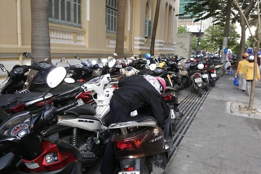 Bãi giữ xe máy trên vỉa hè đường Hải Triều (phường Bến Thành, quận 1) vẫn ngang nhiên hoạt động chiều 11.1.  Ảnh: M.Q