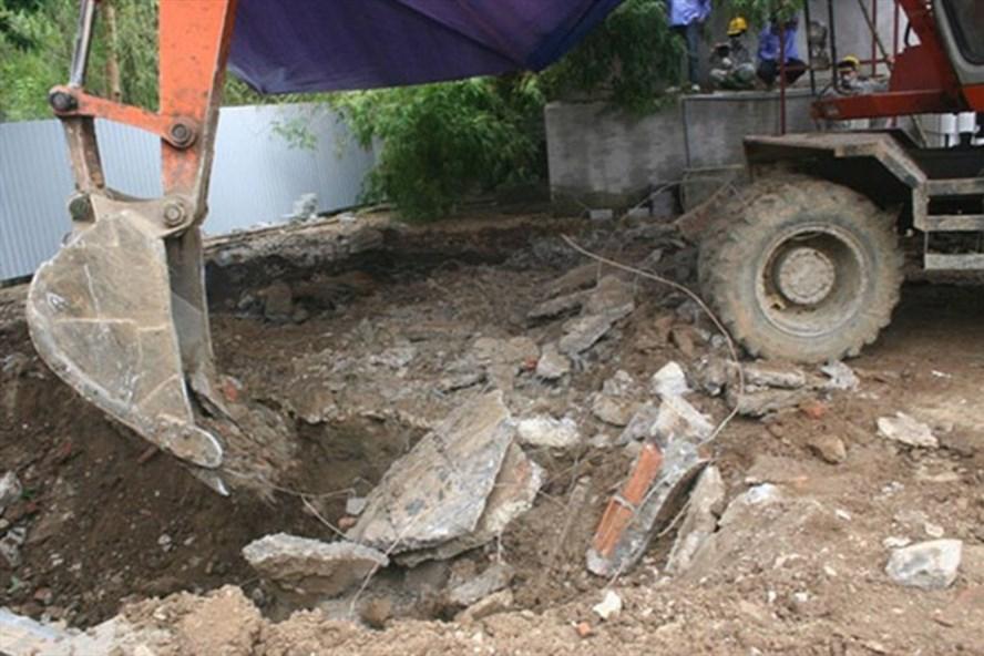 Khai quật hố chôn chất thải độc hại tại Cty CP Nicotex Thanh Thái (huyện Cẩm Thủy, tỉnh Thanh Hóa).Ảnh: TL