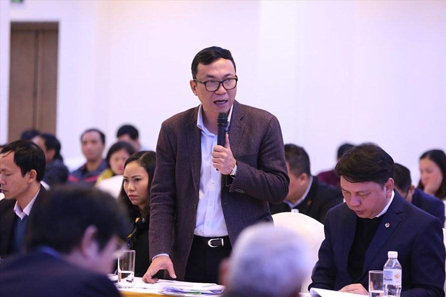 Phó chủ tịch VFF Trần Quốc Tuấn trả lời thẳng thắn những câu hỏi tại buổi đối thoại. Ảnh: Thành Phạm