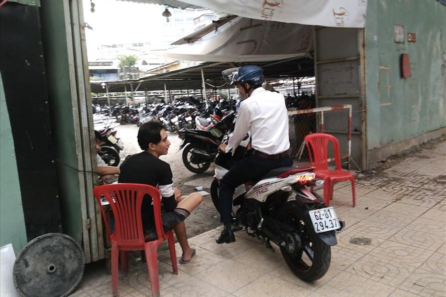 Bãi giữ xe trên đường Huỳnh Thúc Kháng (P.Bến Nghé, quận 1) chặt chém giữ xe 10.000đồng/lượt.  Ảnh: M.Q