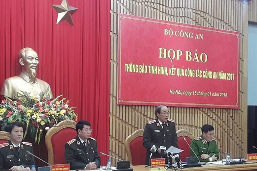 Trung tướng Trần Đăng Yến trả lời báo chí. Ảnh: Cao Nguyên