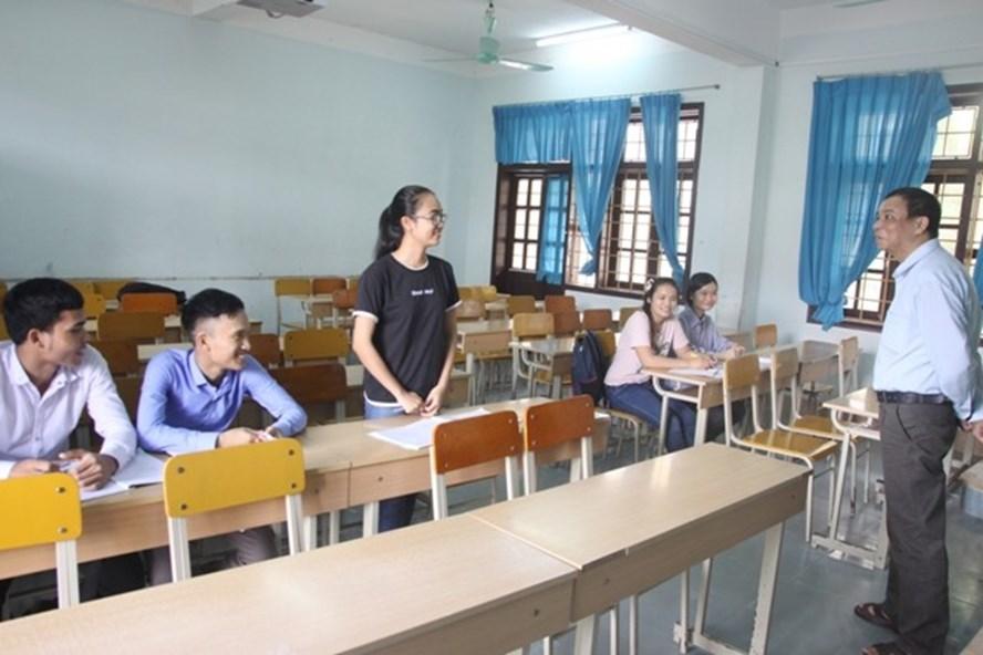 Lớp học gồm toàn bộ 5 SV khoa tự nhiên, trường CĐSP Quảng Trị. Ảnh: Ngọc Vũ