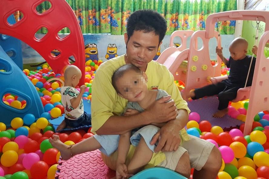 Anh Tiến và con tại khu vui chơi của khoa Nhi, Bệnh viện K Trung ương.