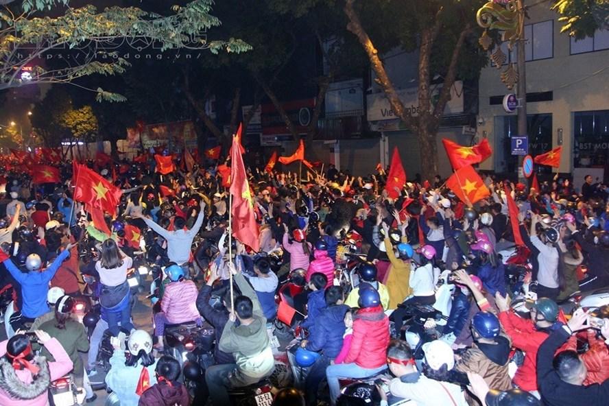 Hàng triệu cổ động viên nhảy múa reo hò ăn mừng chiến thắng lịch sử của đội tuyển U23 Việt Nam. Ảnh: Cường Ngô