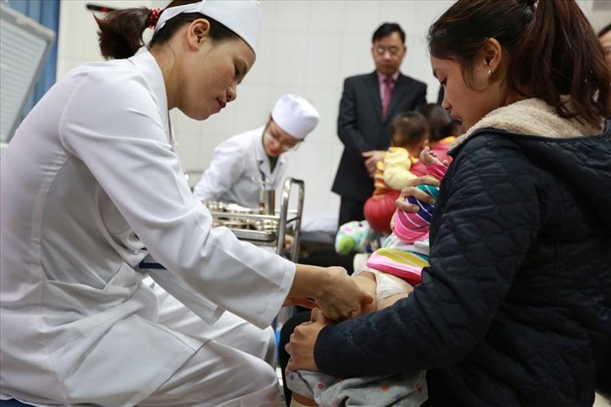 Từ đầu năm 2018, bắt buộc phải thực hiện tiêm chủng vaccine 10 loại bệnh truyền nhiễm cho trẻ dưới 5 tuổi.