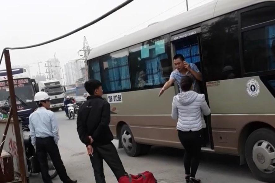 Xe khách ngang nhiên dừng đỗ, bắt khách tại bến cóc trước cửa Trường Đại học Ngoại ngữ - Đại học Quốc gia  Hà Nội. Ảnh cắt từ clip