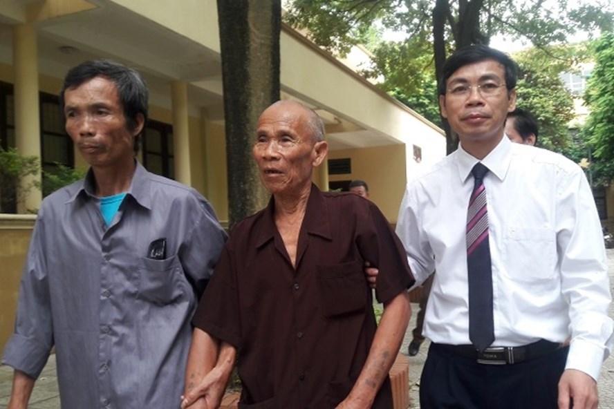 Ông Trần Văn Thêm (ở giữa) được minh oan sau hơn 40 năm.