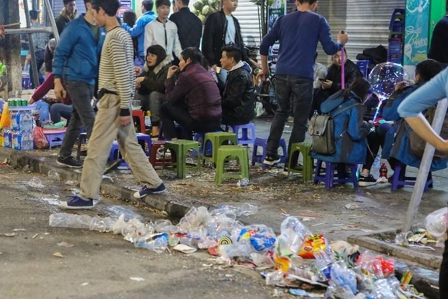Phố đi bộ Hồ Gươm ngập rác sau lễ hội đếm ngược đón năm mới 2018. Ảnh: Bình An.