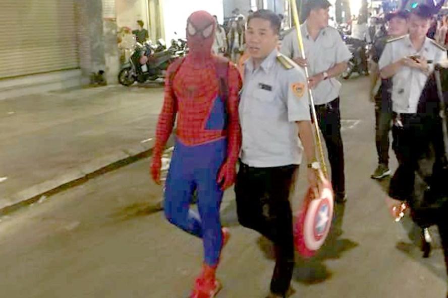 Thanh niên mặc đồ người nhện bị xử phạt hành chính.