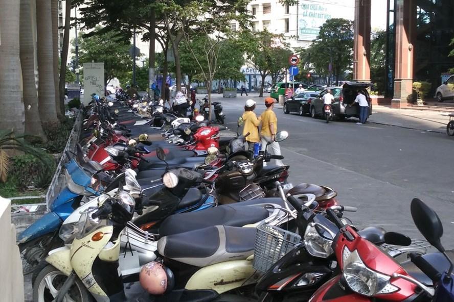 Bãi xe máy trên vỉa hè đường Hải Triều (quận 1, TPHCM). Ảnh: MINH QUÂN