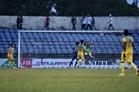 Thủ môn Bùi Tiến Dũng mắc 2 sai lầm nghiêm trọng, FLC Thanh Hoá mất chức vô địch vào tay Bình Dương