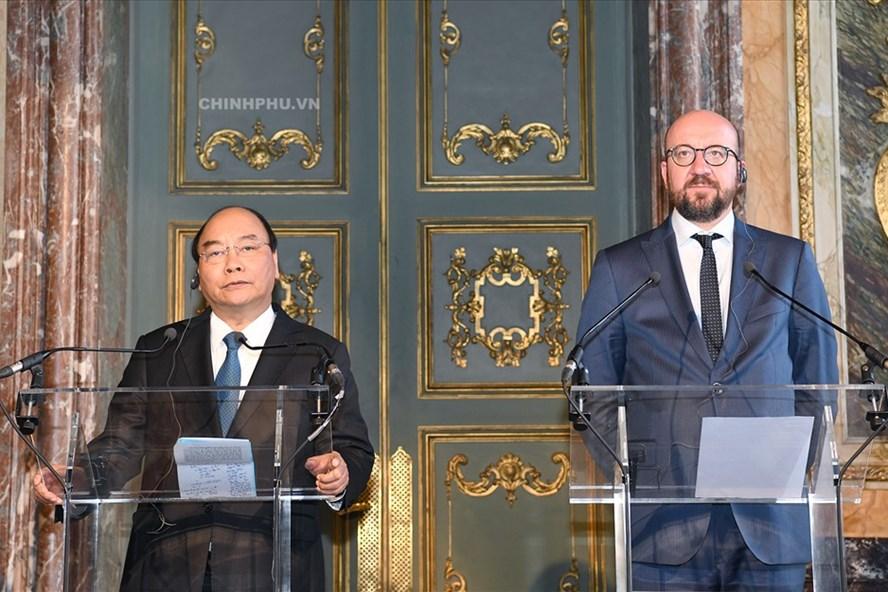 Thủ tướng Nguyễn Xuân Phúc và Thủ tướng Bỉ Charles Michel có cuộc họp báo chung. Ảnh: VGP.