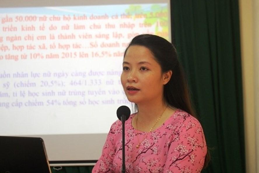 Đồng chí Lê Nữ Ái Chi - Phó Ban Tuyên giáo - Nữ công LĐLĐ Hà Tĩnh báo cáo kết quả hoạt động thời gian qua.