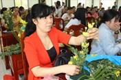 LĐLĐ tỉnh Bến Tre: Hướng dẫn cán bộ CĐ, CĐ viên nữ cắm hoa, trang điểm