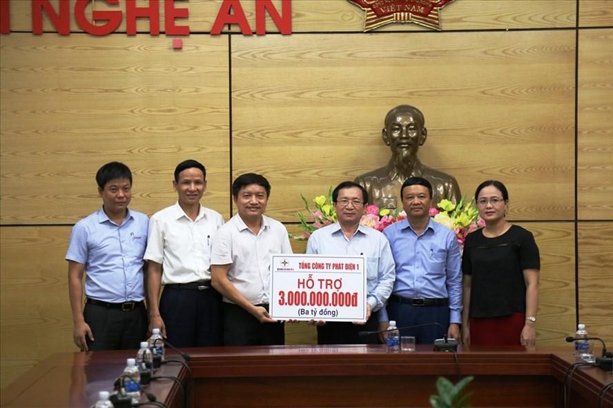Tổng công ty Phát điện 1-Cty mẹ Thủy điện Bản Vẽ- hỗ trợ cho người dân vùng lũ Nghệ An 3 tỷ đồng. Ảnh: Linh Chi.